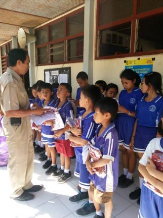 Penyerahan Bantuan Pakian Seragam kepada Siswa Sd Negeri 1 Nagasepaha