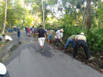 Kegiatan Swadaya Gotongroyong Masyarakat Desa Nagasepaha Menciptakan Lingkungan Bersih