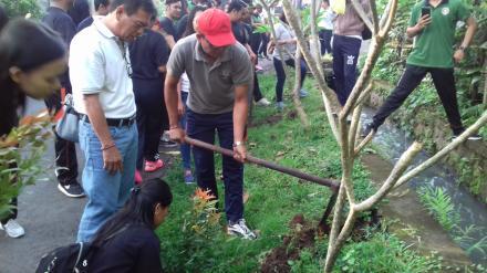 Penanaman Pohon Pucuk Merah bersama Mahasiswa Stie Satya Dharma Singaraja di Lingkungan Desa Nagasep