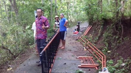 Pemasangan Tangga di Obyek Wisata Spritual Kayehan Dedari Desa Nagasepaha