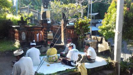 Persembahyangan bersama Hari Raya Saraswati Kantor Desa Nagasepaha