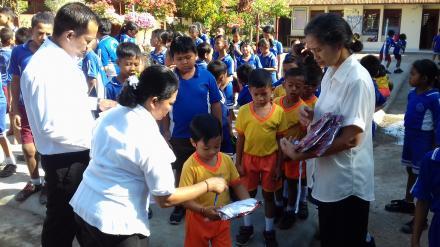 Penyerahan Bantuan Seragam Sekolah bagi Siswa/Siswi Kurang Mampu SD Negeri 1 Nagasepaha