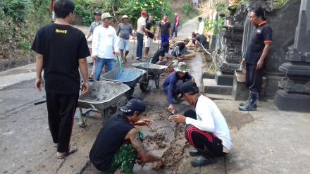Kegiatan Rabat Galihan Bongkaran Pemasangan Pipa Program Pamsimas di Desa Pegadungan