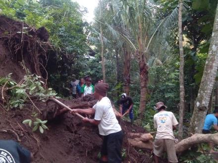 Kegiatan Gotong Royong Linmas Membersihkan Tanah Longsor Di Jalan Menuju Rumah Warga