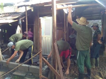 Swadaya Gotongroyong Linmas Dalam Rangka Pembuatan Bantuan Jamban Warga Yang Kurang Mampu