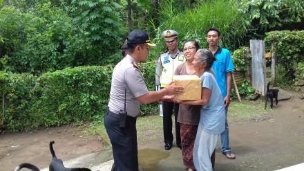Bantuan Sosial Sembako Kapolsek Kota Singaraja kepada Warga Desa Nagasepaha