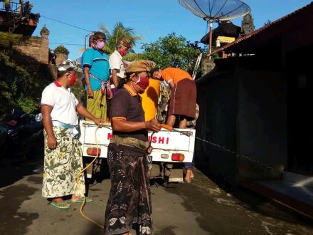 Desa Adat dan Prajuru Desa Nagasepaha melaksanakan Disenfektan Penanggulangan Covid-19