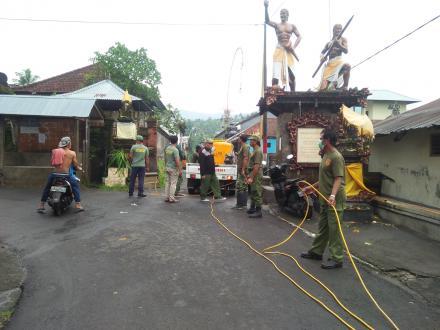 Relawan Covid-19 Melaksanakan Penyemprotan Bersama Linmas dan Lembaga Desa