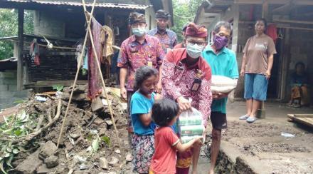 Penyerahan Bantuan Sembako Kepada Warga Terkena Dampah Tanah Longsor
