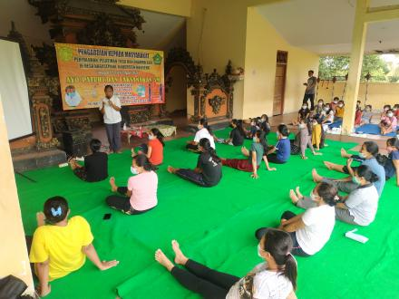 Pengabdian Kepada Masyarakat Pelatihan Yoga dan Dharma Gita STKIP Agama Hindu Singaraja