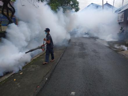 Staf Pemerintah Desa Nagasepaha melaksanakan Penye